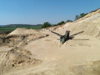 Ein Blick über den aktuellen Abbaubereich mit Aufbereitungsanlage