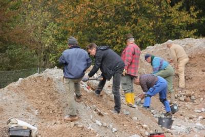 Oktober 2012, schaufeln in Reih und Glied. Hans-Peter, Thomas und Kumpel Gerd aus München wendet sich ab.