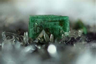Torbernit mit Meißelspat, Bb. 8 mm, Sammlung und Foto: Thomas Noll