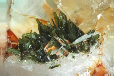 Olivenit, Fluorit, Bb.8 mm, Sammlung und Foto: Thomas Noll