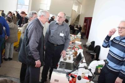 Präsident der VFMG Frank Höhle mit Frau am Info-Stand mit Gruppenleiter Manfred Hermes und Leiter Mineralogie H.-P. Maaßen