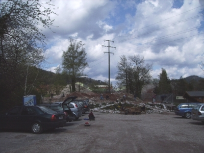 Mineralienhalde mit Parkplatz im April 2008
