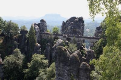 Basteibrücke vom Ferdinandstein. Erbaut 1851. Länge 76,5 m. Höhe 40 m. Betrieb wie auf dem Hauptbahnhof :-)