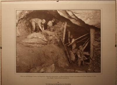 Im Zugang zum Keller etliche historische Fotos aus dem Freiberger Bergbau.