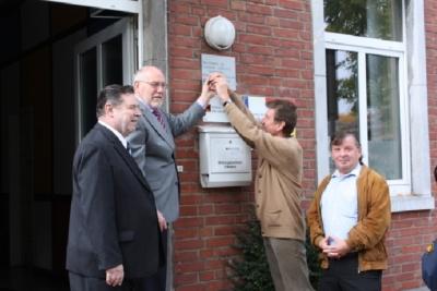 Einweihung!!!! Letzte Amtshandlung: unser erstes Hausschild. Herr Wiesenborn Kreishandwerkerschaft, Herr Görtz Heimatverein (re)