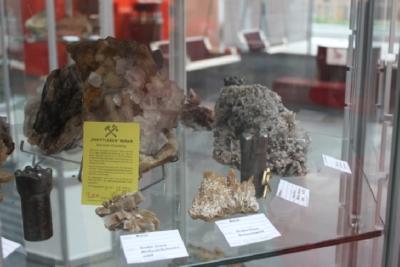 Die Grube Clara mit Baryt (Meißelspat), Fluorit, Bohrkronen und alter Eintrittskarte.